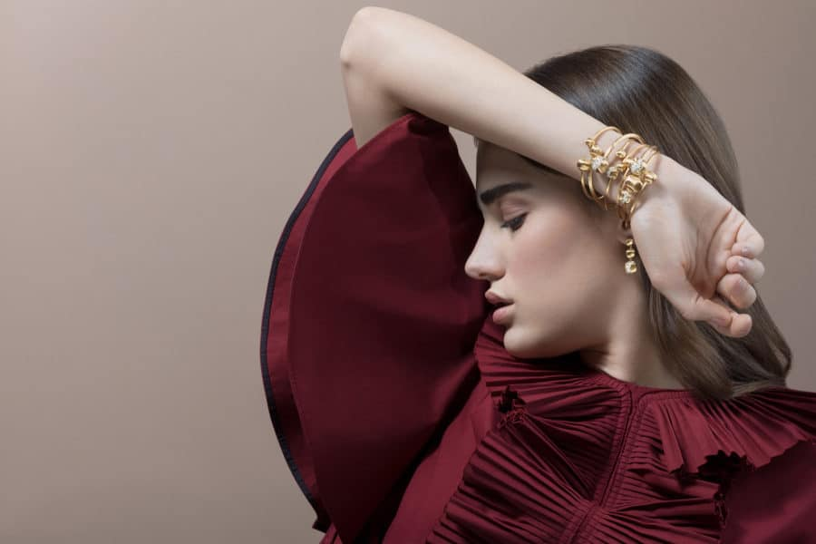 Fotografo pubblicitario gioielleria indossato con modelle comunicazione aziendale